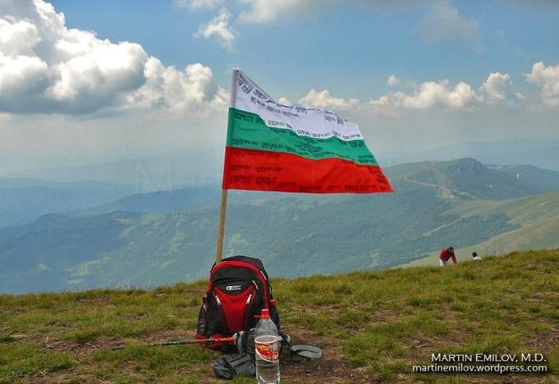 Българското знаме, гордо развяващо се на фона на Сърбия